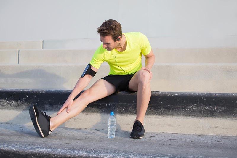 Dolore agli stinchi durante e dopo la corsa: cause e rimedi